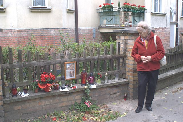 Memorial By Topory (Own work) [GFDL (http://www.gnu.org/copyleft/fdl.html) or CC BY 3.0 (https://creativecommons.org/licenses/by/3.0)], via Wikimedia Commons
