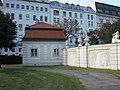 AT-68612 Pförtnerhaus links und rechts - Eingang Südseite Belvedere Wien 06.JPG