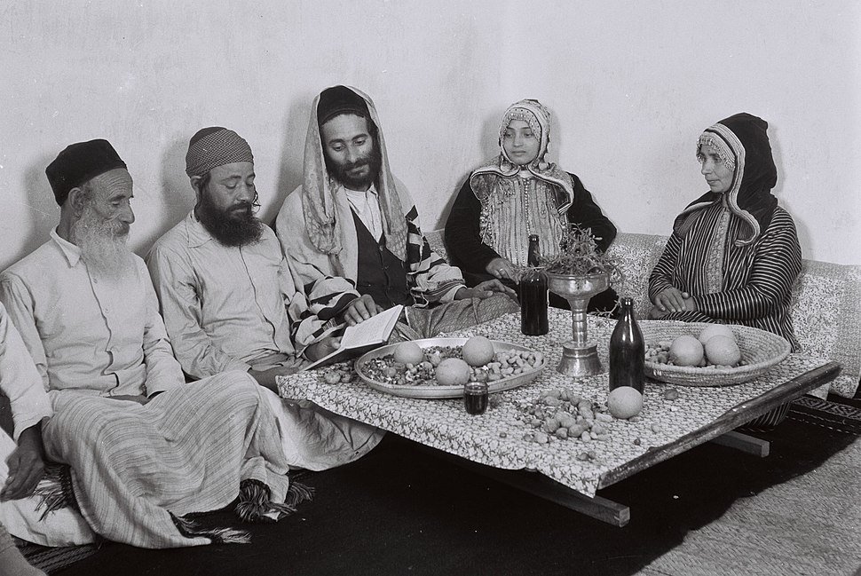 A YEMENITE FAMILY READING FROM THE PSALMS ON SHABBAT AFTER LUNCH.D827-012
