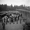 Aangetreden matrozen en landmacht-militairen tijdens een militaire begrafenis op, Bestanddeelnr 255-9014.jpg