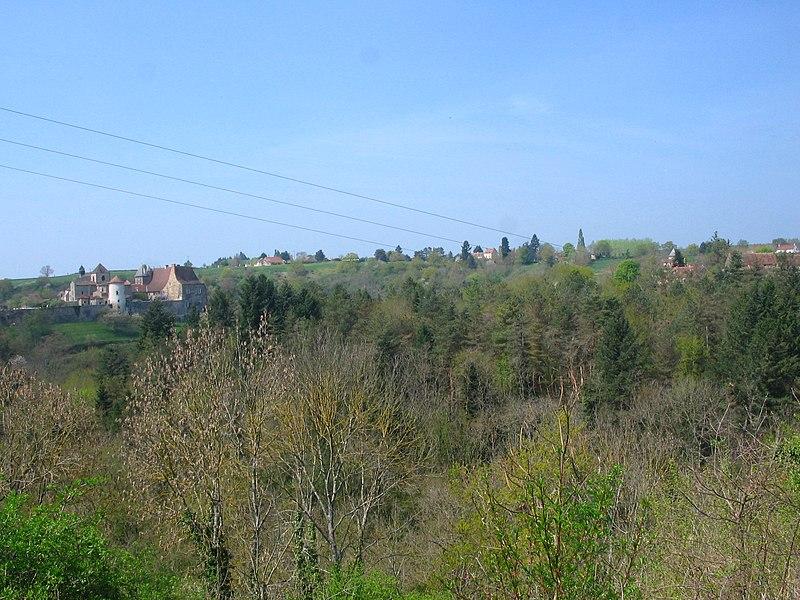 L'abbaye bénédictine Saint-Vincent de Chantelle (03), séparée du village de Deneuille par les gorges de la Bouble.