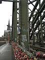 Altes Hektometerzeichen auf Hohenzollernbrücke.JPG
