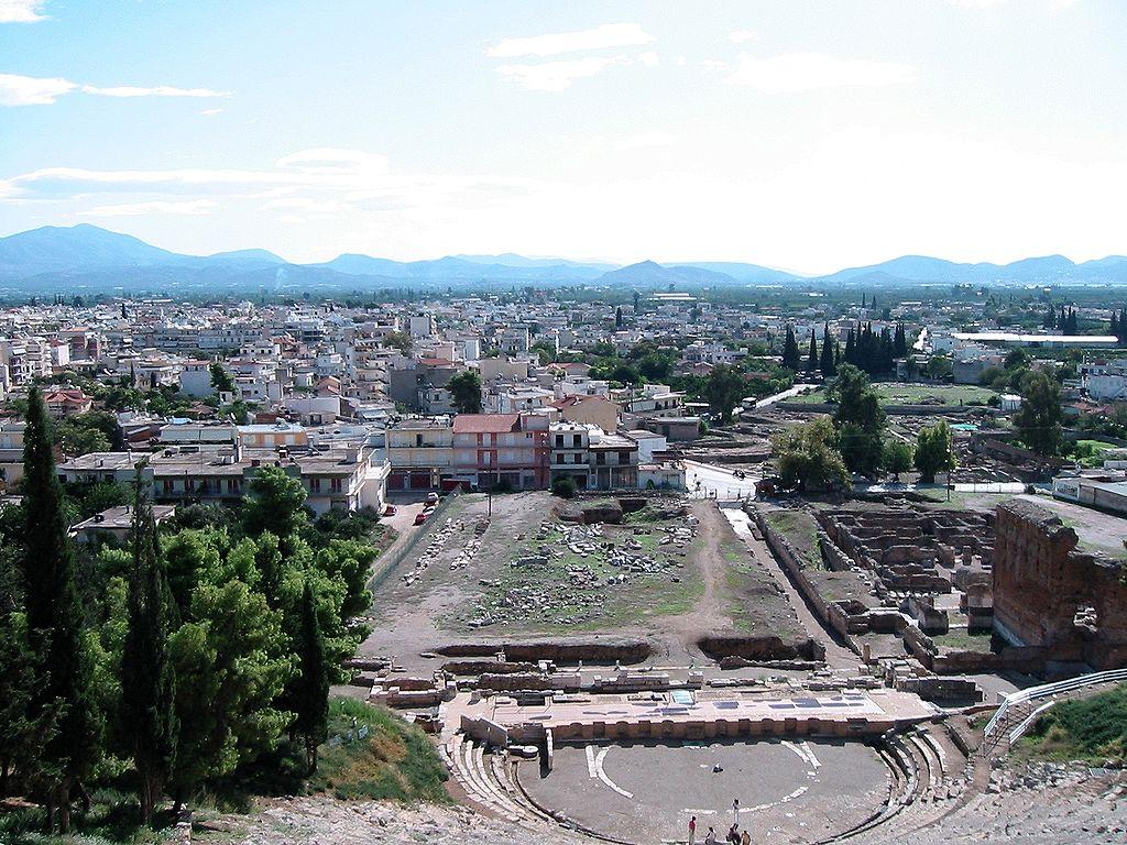 С верхних рядов древнего театра открывается панорама современного Аргоса