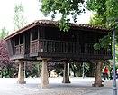 Hórreo emblemático en la plaza del Carbayedo