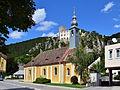 Baden - Filialkirche hl Helena mit Burgruine Rauhenstein.jpg