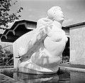 Beeldhouwwerk in de vorm van een boegbeeld bij de ingang van de overslaghaven Ba, Bestanddeelnr 254-1249.jpg