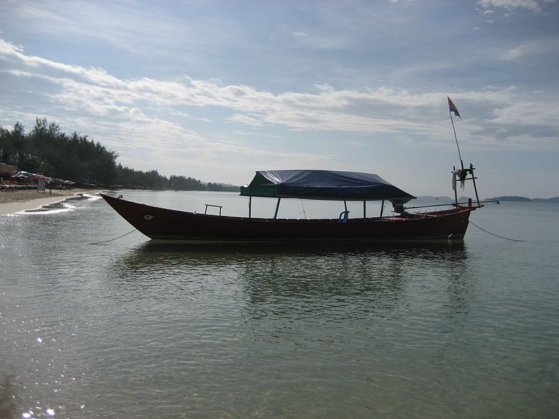 File:Boat on Occheteal Beach.JPG