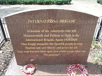 English: Memorial plate for international brig...