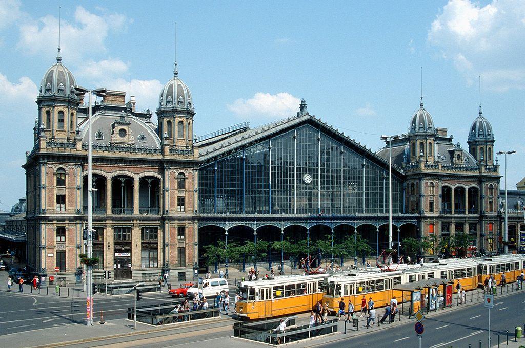 Tramway devant la gare de Budapest-Nyugati - Photo de Herbert Ortner