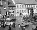 Bundesarchiv B 145 Bild-P017304, Tilsit, Marktplatz mit Schenkendorf-Denkmal.jpg