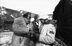Bundesarchiv Bild 101I-701-0357-14, Russland, Graf von Strachwitz im Gespräch mit Offizieren