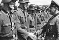 """Bundesarchiv Bild 101III-Altstadt-065-05, Russland, Waffen-SS-Div. """"Wiking"""", Auszeichnung.jpg"""