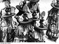 Bundesarchiv Bild 135-S-09-08-17, Tibetexpedition, Tempelfest, Tänzer.jpg