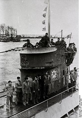 German submarine U-124 (1940) - Image: Bundesarchiv Bild 146 1981 010 31, Einlaufen eines U Bootes