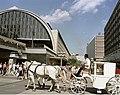 Bundesarchiv Bild 183-1984-0829-408, Berlin, Hochzeitskutsche am Alexanderplatz.jpg