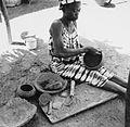 COLLECTIE TROPENMUSEUM Een Samo pottenbakster bezig met het vormen van de pot TMnr 20010570.jpg
