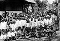 COLLECTIE TROPENMUSEUM Groep schoolkinderen te Larantoeka. R.K. Missie. Oost-Flores en Solor-Eilanden TMnr 10000616.jpg