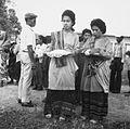 COLLECTIE TROPENMUSEUM Vrouwen in traditionele kledij wachten op de aankomst van de prauw van hun dorp bij een roeiwedstrijd TMnr 20000114.jpg