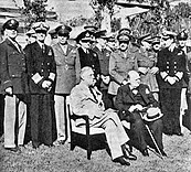 Casablanca-Konferenz: Sitzend: Der amerikanische Präsident Franklin D. Roosevelt und der britische Premierminister Winston Churchill; Stehend, 1. Reihe v. l. n. r.: General Arnold, Admiral King, General Marshall, Admiral Pound, Air Chief Marshal Portal, General Brooke, Field Marshal Dill und Admiral Mountbatten