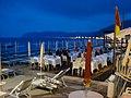 Cenando en la playa de alassio - panoramio.jpg