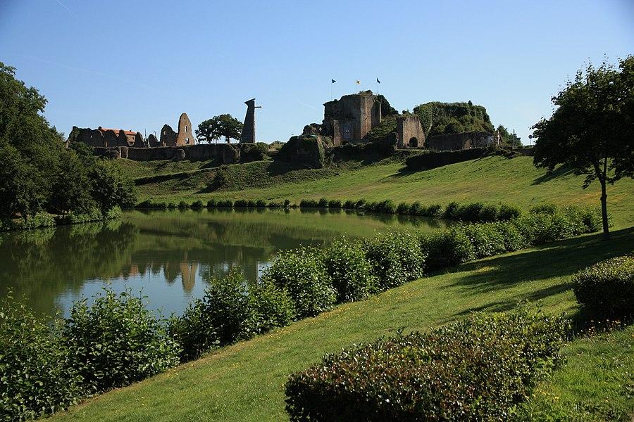 Château de Tiffauges depuis l'étang, Tiffauges, Vendée