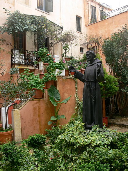 Statue of Saint Francis in front of the Catholic church of Chania. Chania - Katholische Kirche - Innenhof.jpg