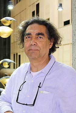 Chico Niedzielski ao lado da obra no Hospital Israelita Albert Einstein.jpg