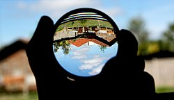 Convex lens (magnifying glass) and upside-down image.jpg