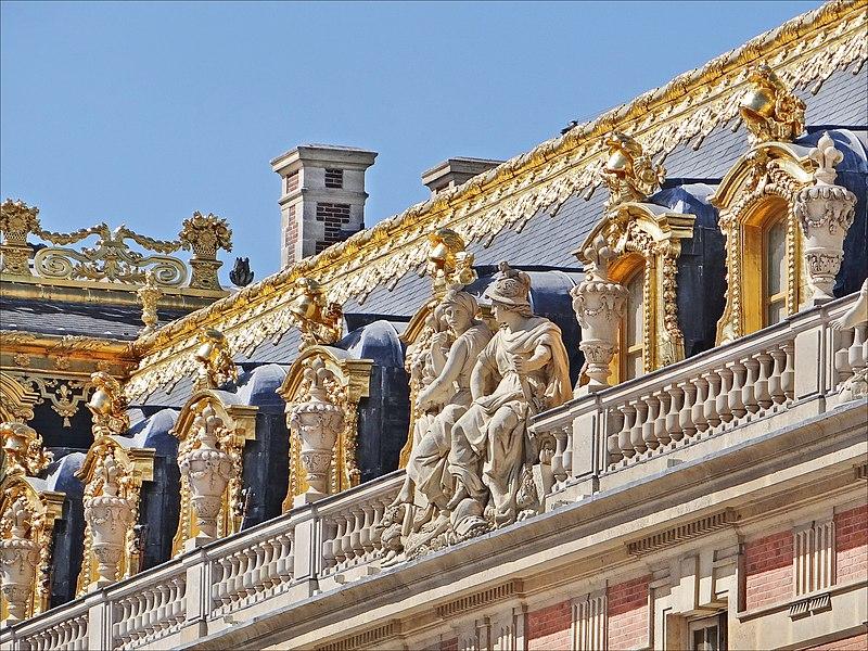 Fichier:Décors de toiture de la cour de marbre (Versailles).jpg