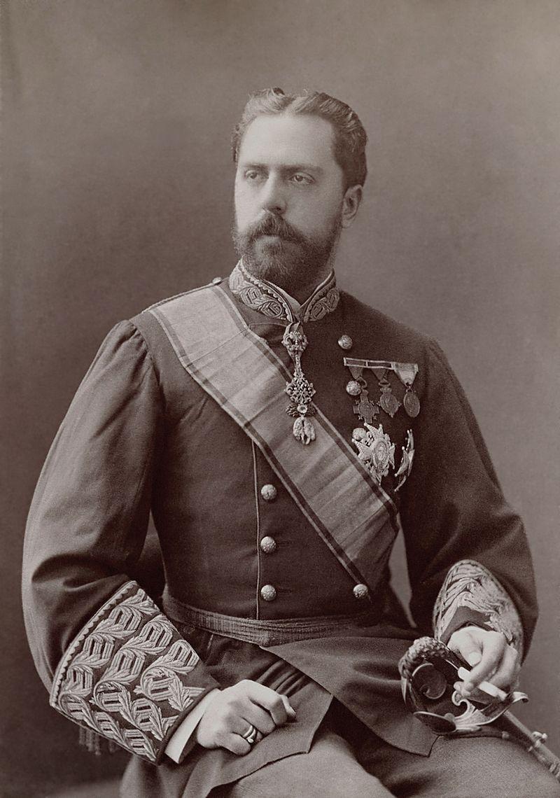 Charles de Bourbon, prétendant carliste au trône d'Espagne et prétendant légitimiste aux trônes de France et de Navarre, photographié par Nadar vers 1890.  (définition réelle 2536×3613)