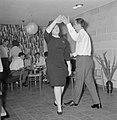 Dansend paar tijden een feestje in huiselijke kring, Bestanddeelnr 255-4339.jpg