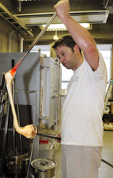 File:David Patchen pulling cane Seto8464web.jpg