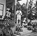 De districtssecretaris van Nickerie tijdens het spreekuur in Nieuw-Nickerie, Bestanddeelnr 252-5400.jpg