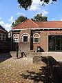 Doarpshûs en pomp. Oudkerk.JPG