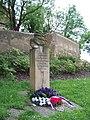Dolní Chabry, Bílenecké náměstí, pomník u kostela.jpg
