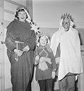 Driekoningen. Kinderen verkleed als de drie koningen staande voor een geopende d, Bestanddeelnr 934-5267.jpg