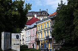 Улица Нигулисте. Слева - памятник Э. Вильде