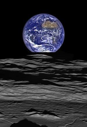 זריחת כדור הארץ מעל הירח. בתמונה נראה כדור הארץ, כשבחזיתו יבשת אפריקה והאוקיינוס האטלנטי, עולה באופק של הירח, מעל מכתש הפגיעה קומפטון שבצד הרחוק של הירח. גוון שטחו של המכתש כהה לעומת סביבתו, מחמת שהאלבדו שלו נמוך יותר.