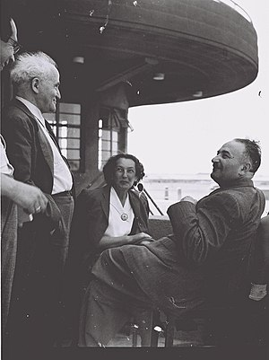Eliyahu Dobkin - Eliyahu Dobkin (seated right) and his wife speaking with David Ben-Gurion (2nd from left) at Lod Airport before their flight to New York, May 1947.
