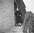 Ella Hedtoft op de trap voor de voordeur, Bestanddeelnr 252-8982.jpg