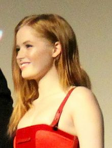 Ellie Bamber in 2016 London Film Festival 03 (30210044432).jpg