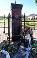 Elst Gedenkteken voor de oorlogsslachtoffers Voorkant met krans.jpg