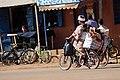 Femme transportant sa fille et leurs bagages à Ouagadougou.jpg