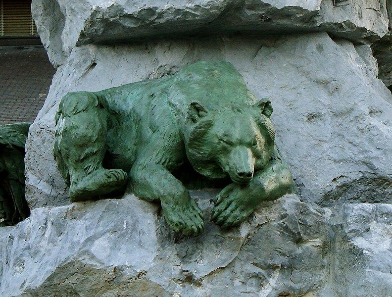 Ours en bronze. Détail de la fontaine Duvignau (ou fontaine des quatre vallées), place Marcadieu à Tarbes.
