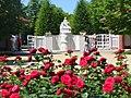 Forst-Rosengarten - Eingang am Rosenbrunnen (Rose Garden - Rose Fountain Entrance) - geo.hlipp.de - 38962.jpg