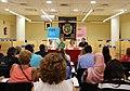 Gómez y Murgui entregan los diplomas a las personas participantes en los talleres de empleo 04.jpg