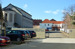 Gedenkstätte Zuchthaus Cottbus (entrance and parking lot).png