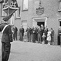 Groep mensen en kinderen, waaronder fabrieksdirecteuren Jan van Abbe (achteromki, Bestanddeelnr 255-8439.jpg