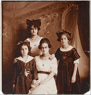 Frida Kahlo - Kahlo (on the right) and her sisters Cristina, Matilde, and Adriana, photographed by their father, 1916