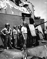 Gun crew on USS Lindsey (DM-32) in June 1945.jpg